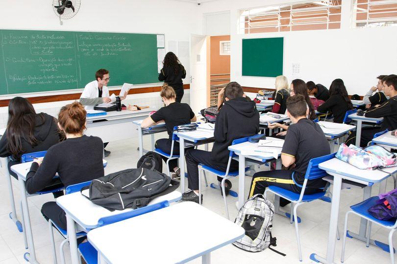Governo do Paraná avalia uma possível retomada das aulas presenciais
