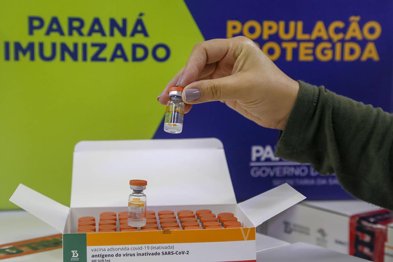 Paraná atinge, nesta segunda-feira (12), o marco de 58% da população paranaense acima de 18 anos vacinada